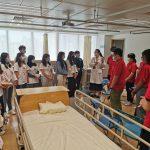 遵義醫科大學醫學與科技學院與一年級同學合組進行臨床學習(實驗室)