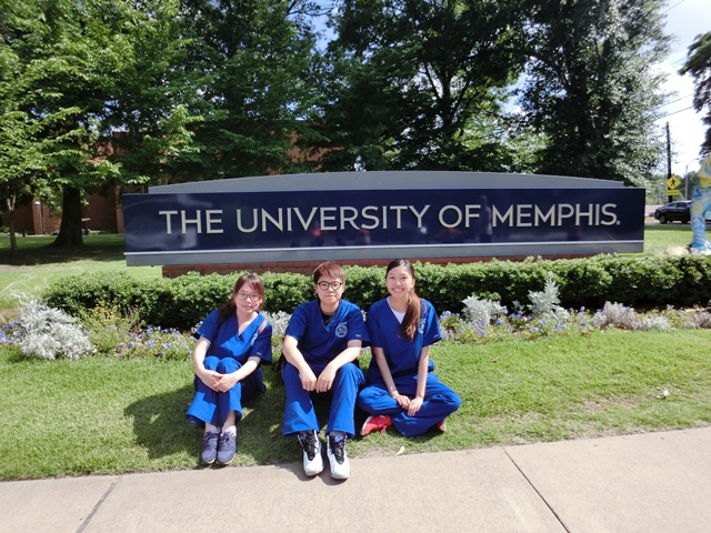 三位交流生在孟菲斯大學門前合照