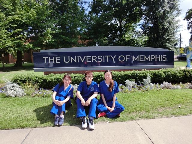 P13-1 三位交流生在孟菲斯大學門前合照