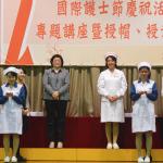 學生接過前輩授予的護士帽和蠟燭意表薪火相傳