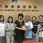 廣州中醫護院交流生向學院致送紀念品
