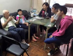 學生在生死教育團隊指導下進行長者家庭的生死教育活動-1024